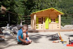 Aire de jeux enfants pendant que les adultes sont sur des activites natures